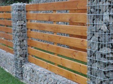 Деревянный забор с преминением габионов